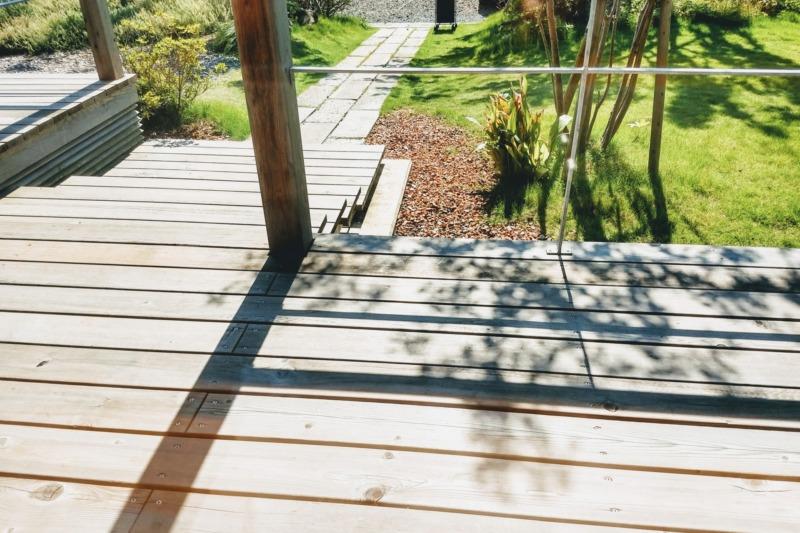 庭のウッドデッキ