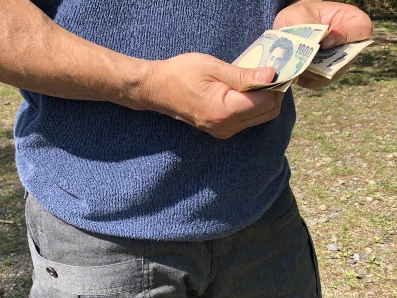 千円札を数える男性の手元