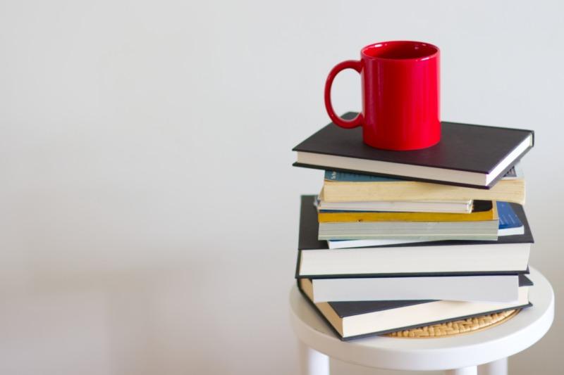 積まれた本とコーヒーカップ